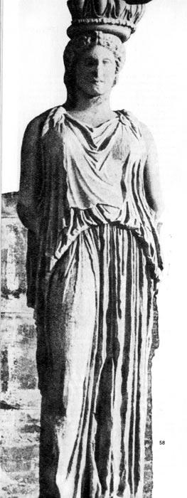 Кариатида из храма Эрехтейон на Афинском Акрополе. Около 420 г. до н. э. Девичая фигура облачена в типичную греческую женскую одежду — пеплу, без рукавов, сильно присборенную и касающуюся земли, которая прихвачена поясом