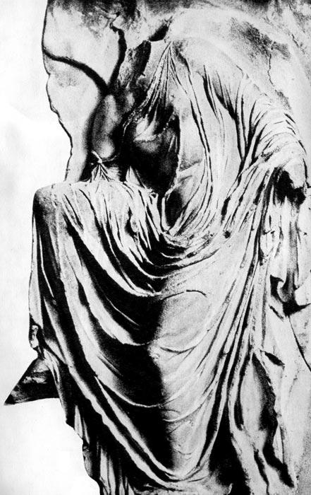 Богиня победы (Ника), надевающая сандалию. Деталь балюстрады храма богини Ники в Афинском Акрополе. Конец V века до н.э.