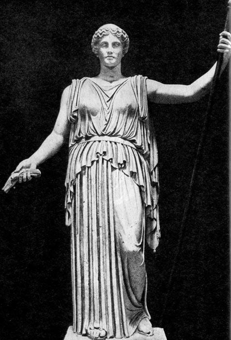 Деметра. Римская копия греческого оригинала половины V века до н.э. Богиня одета в пеплу, подпоясанную ремнем, которая скреплена на плечах фибулами, и ниспадающая к земле тяжелыми складками