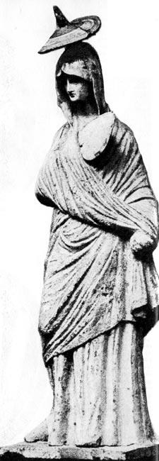 Женщина с веером. Глиняная фигурка из Танагры, IV век до н. э. Государственный музей, Берлин. Женщина одета в длинный хитон, поверх которого наброшен мягко присборенный гиматион; на голове у неё шляпа, так называемый пилос. В руке у неё веер в виде сердца
