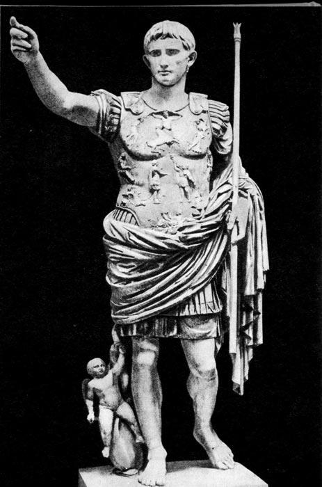 Статуя Августа из Прима Порта. Около 20 г. до н. э. Ватиканский музей, Рим. Император изображен как полководец в доспехах, т. н. лорика, с богатой рельефной отделкой и наплечными пряжками, соединяющими переднюю и заднюю части доспехов. Под лорикой одет кожаный дублет с короткими, собранными в складки наплечниками, на теле - туника