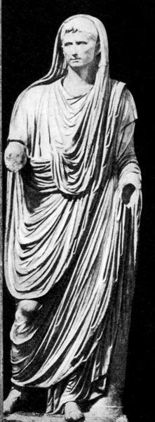 Статуя Августа, приносящего жертву, из Виа Лабикана. Около 10 г. н. э. Римский период. Национальный музей, Неаполь. Императорская присборенная тога является типичной одеждой свободных римлян. Тога драпировалась согласно строго установленным правилам