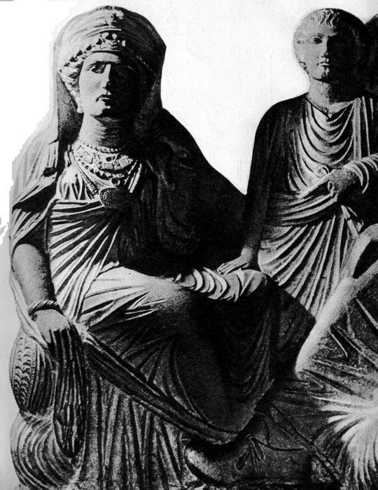 Надгробный рельеф из Пальмиры II или III век н. э. Национальный музей, Дамаск. Надгробие представляет семью знатных римлян. Фигуры одеты в белые плащи, пал лы и тоги. На женщине богатые украшения: диадема, серьги, ожерелья, фибула, скрепляющая плащ, а на руках- перстни и браслет