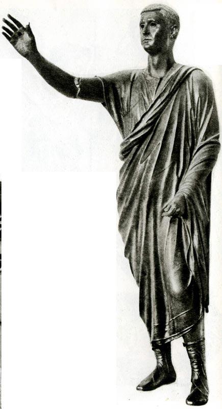 «Аррингатор» (Оратор). Бронзовая скульптура, I век м. э. Археологический музей, Флоренция. На тунику наброшена тога. Сандалии с широкими ремешками, которые зашнурованы намного выше щиколотки, называются калцеи.
