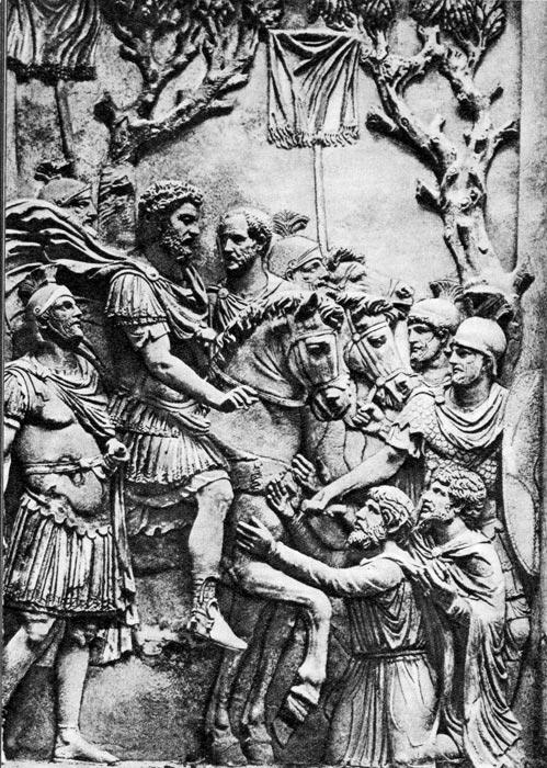 Марк Аврелий оделяет милостью пленных тевтонов. Рельеф с Арки Константина, 176 г. н. э. Палаццо Консерватори. Рим. Группа воинов в коротких туниках, лориках и лацернах, скрепленных на плече. На пленных, стоящих на коленях справа внизу, надеты короткие, подпоясанные туники и плащи